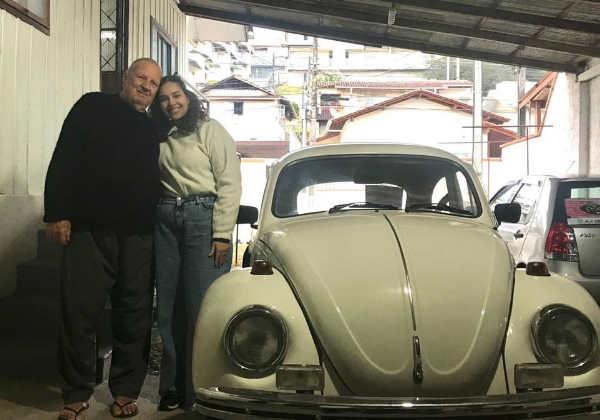 Os dois amores do S. Walter - o fusca e a neta Foto: Arquivo Pessoal