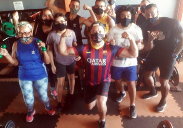 Marcos Luvinha (ao centro) luta para abrir uma academia para carentes largarem a bebida e o cigarro, como aconteceu com ele - Foto: arquivo pessoal