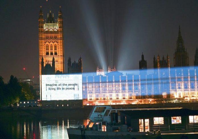 """Trecho de """"Imagine"""" projetado no Parlamento, em Londres, nos 50 anos de lançamento da música - Foto: Universal Music Group / Divulgação REUTERS"""