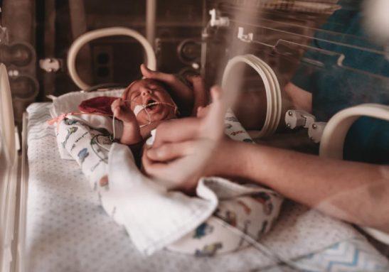 Dores de bebês prematuros melhoram com voz da mãe, diz estudo - Foto: Getty Images