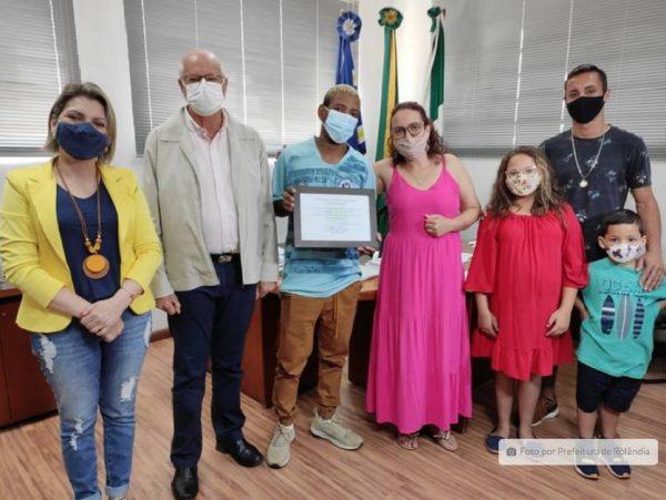 O coletor de Lixo Kelvin recebeu homenagem na prefeitura e se encontrou com o menino que salvou - Foto: prefeitura de Rolândia