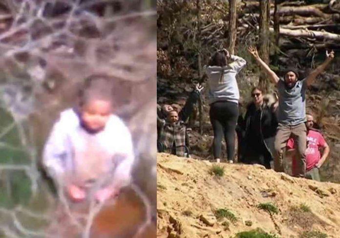 O menino foi localizado pela polícia à esquerda e a comemoração da família Foto: reprodução twitter