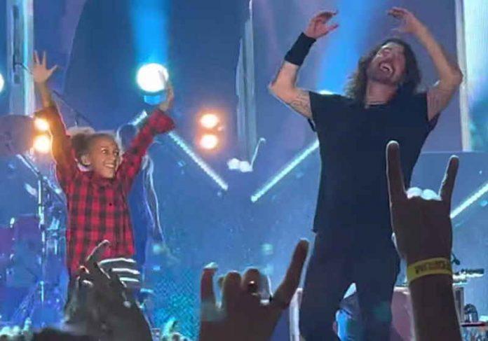 O líder do Foo Fighters e a baterista Nandi recebem os aplausos do público em show da banda na Califórnia Foto: Divulgação