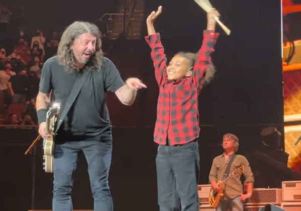 Nandi com toda a banda no palco e com Grohl comemorando a performance Fotos: Divulgação