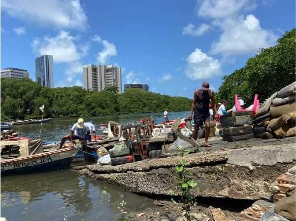 Voluntários e pescadores participaram da ação - Foto: Matheus Soares/ONG Recapibaribe