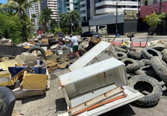 Gincana promoveu a retirada de geladeira, pneus e outros objetos do Rio Capibaribe, em Recife - Foto: Matheus Soares/ONG Recapibaribe