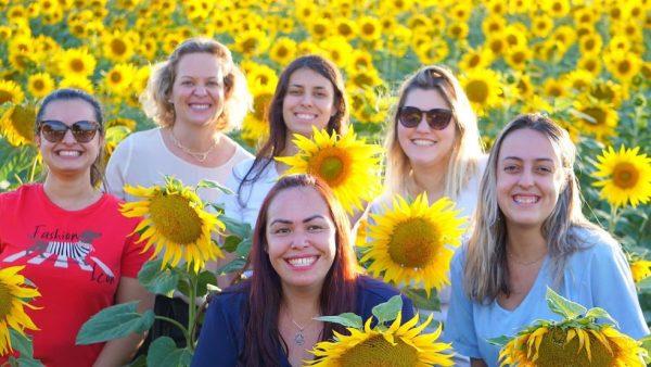Funcionárias do Lar São José também tiraram fotos na plantação de girassóis - Foto: Ronny Clayton Fotografia