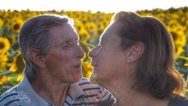 Idosos que se conheceram no lar tiram fotos na plantação de girassóis em Cerquilho — Foto: Ronny Clayton Fotografia