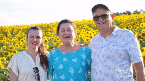 Sebastiani, a esposa e a filha na visita dos idosos à plantação de girassóis - Foto: Ronny Clayton Fotografia
