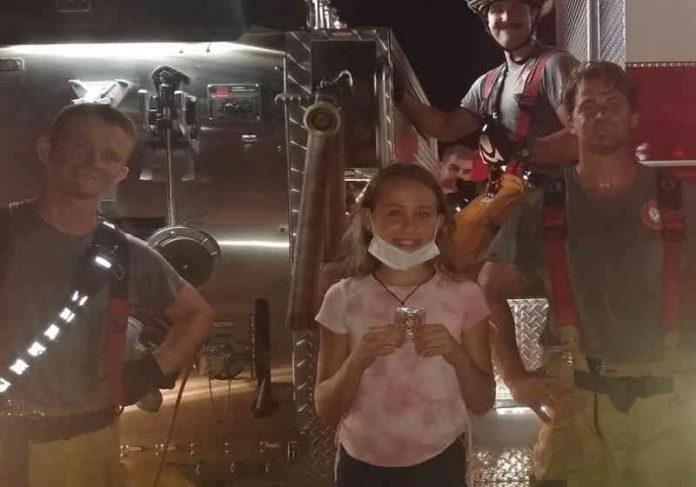 Mackenzie Jenkins, 11, recebeu uma Moeda de Reconhecimento da Comunidade depois de fazer uma ligação e salvar a vida de um filhotinho Foto: Bombeiros de Cape Coral