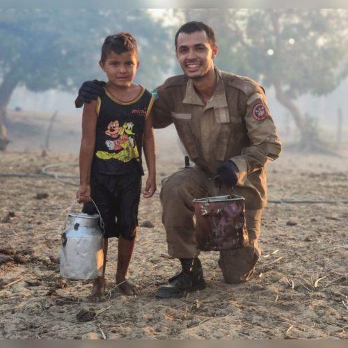 Davi, o balde e o bombeiro Lucas - Corpo de Bombeiros/Divulgação