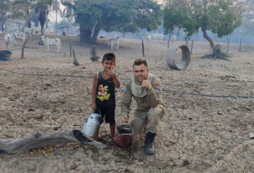 Outro bombeiro também tirou fotos com Davi — Foto: Corpo de Bombeiros/Divulgação
