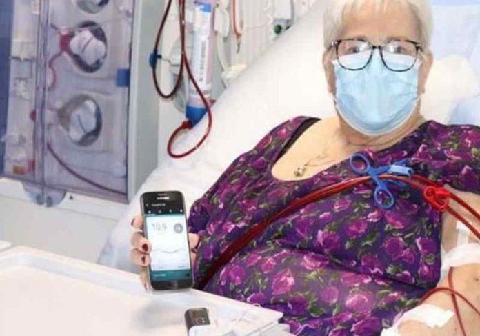 Paciente testa o pâncreas artificial Foto: Universidade de Cambridge