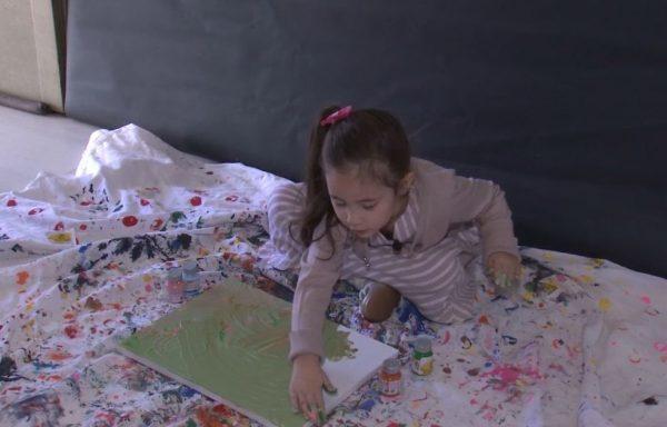 Manu faz pinturas com as mãos - Foto: TV TEM/ Reprodução