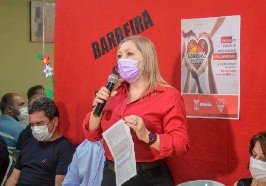 A prefeita de Barreira, Dra. Auxiliadora, abriu mão do próprio salário e criou um auxílio mensal para famílias carentes da cidade - Foto: Henrique Costa