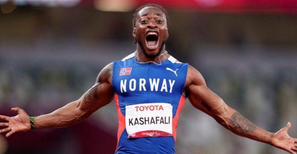 Salum Ageze Kashafali comemora o recorde mundial nos 100m T12 — Foto: REUTERS/Athit Perawongmetha