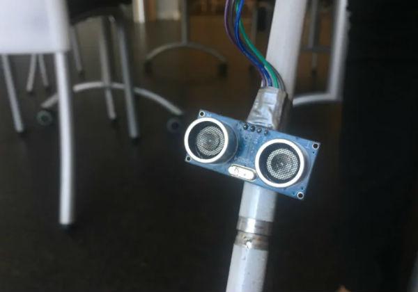 Um sensor ultrassônico emite ondas sonoras para medir a distância de objetos potencialmente perigosos. A bengala vibra para alertar seu usuário. Foto: Nick Boisvert / CBC