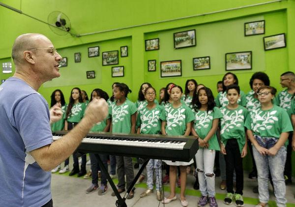 O maestro João com seus alunos - Foto: Leo Lara/FCA