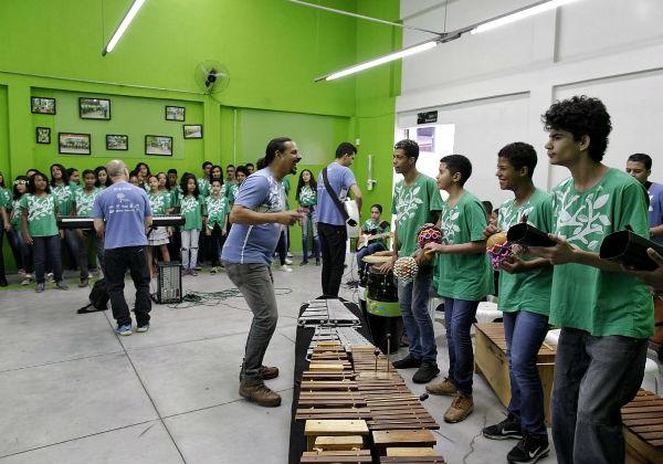 O maestro João com seus alunos Foto: Leo Lara/FCA