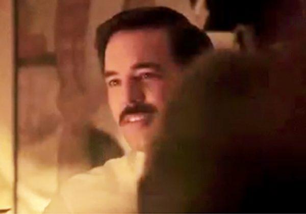 Aaron McCusker como Jim Hutton - Foto: reprodução / Bohemian Rhapsody Move