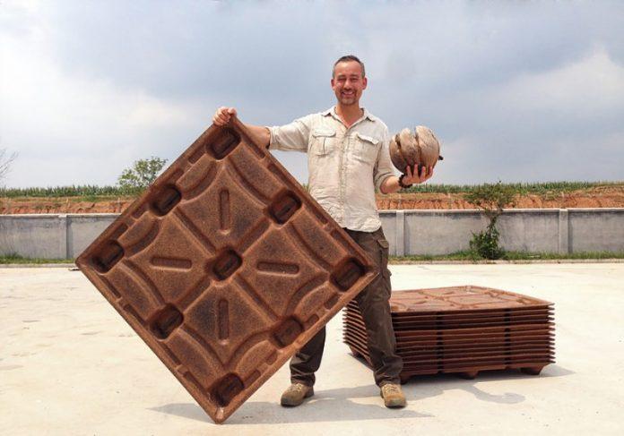 Michiel Vos e os paletes feitos a partir da fibra do coco Foto: Divulgação|Agricultores trabalham na produção Foto: Divulgação