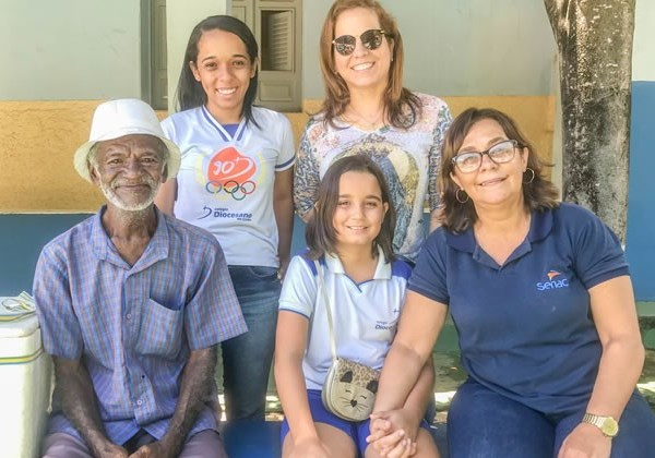 Zezinho, Bárbara, a avó Silvana e a professora Risélia Foto: Agência Miséria