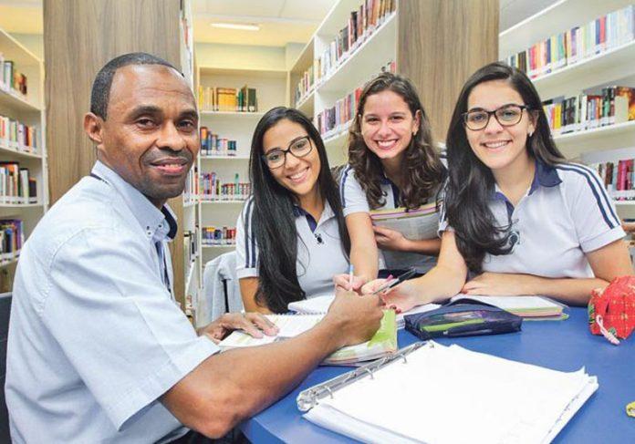 Ozeilto e as alunas - Foto: Foto: Dayana Souza/AT