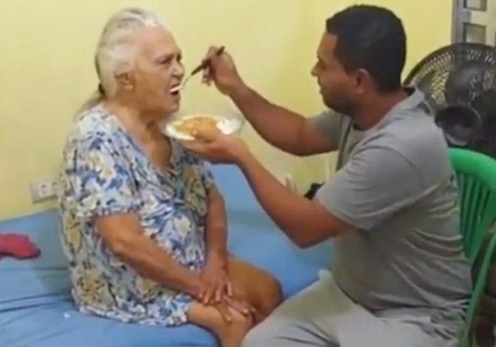 Saulo alimenta dona Maria - Foto: vídeo/ Instagram