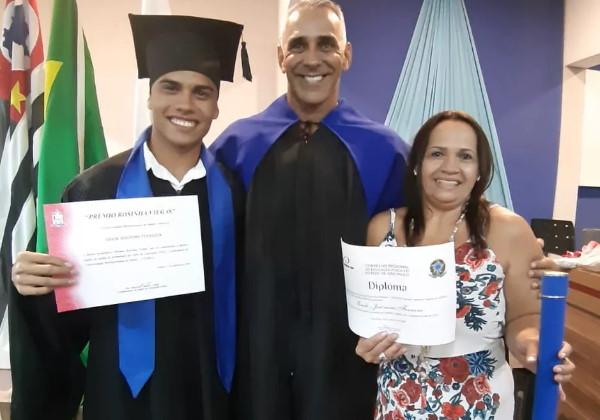 Erick, sua mãe e o professor no dia de sua formação em licenciatura de Educação Física Foto: Arquivo pessoal