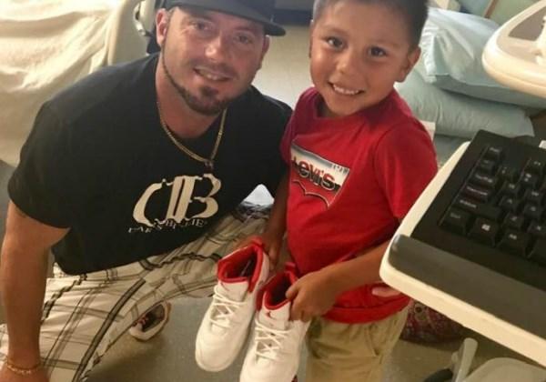 O filho da professora dá um par de tênis novos para Max Foto: Facebook