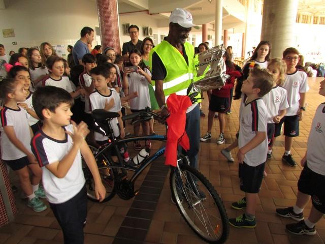 José com a bike nova - Foto: Divulgação/Colégio Salesiano