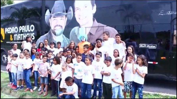 Crianças no ônibus da dupla Pedro Paulo & Matheus - Foto: Juliamara Maciel
