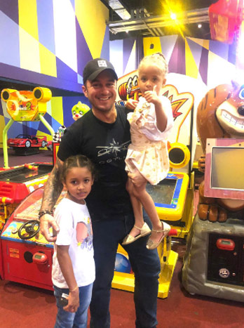 Thiago com duas das crianças - Foto: Juliamara Maciel