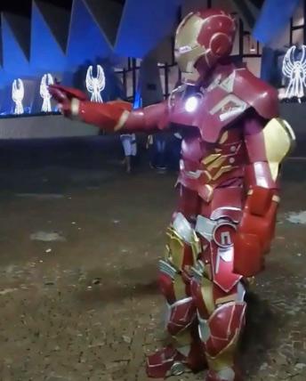 Lucas trabalhando vestido de Homem de Ferro - Foto: reprodução/ redes sociais