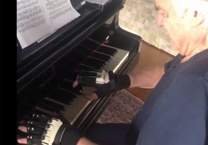 Foto: reprodução Facebook|O maestro com o designer e estudante de piano Ubiratan Bizarro Foto: Facebook|Órteses criadas por Bira Fotos: Facebook||