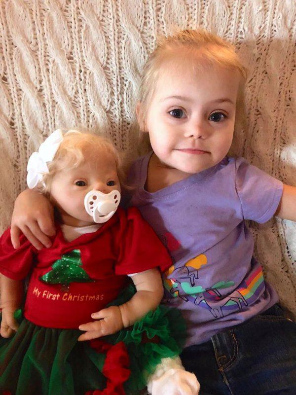 Menina e boneca com Down - Foto: reprodução / Facebook