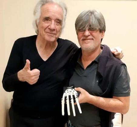 O maestro com o designer e estudante de piano Ubiratan Bizarro Foto: Facebook