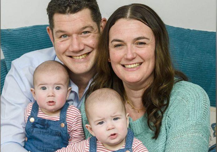 Rebecca Allen e seu parceiro Andrew Kirkwood com os gêmeos Luna (ESQUERDA) e Seren Kirkwood (DIREITA).) Foto: Agência de Notícias Caters