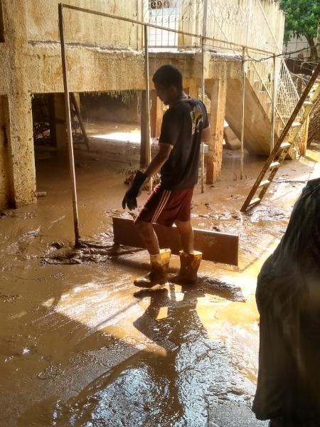 O venezuelano Eraldo, ajudando em outra casa afetada - Foto: Refúgio343