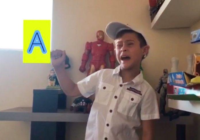 Arizinho fazendo Libras - Foto: reprodução / Instagram/ @arizinhodown