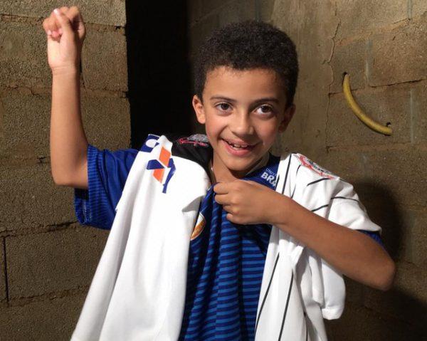 Nicolas e a camiseta nova do timão - Foto: Edilson Junior/G1