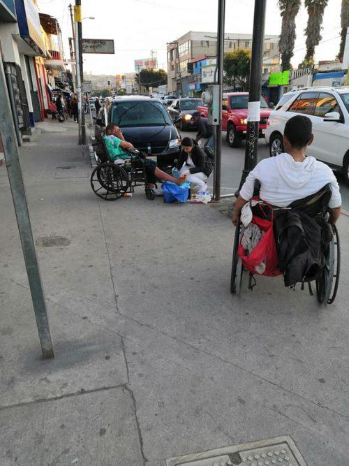 Mary atendendo sem teto na calçada - Foto: reprodução / Facebook