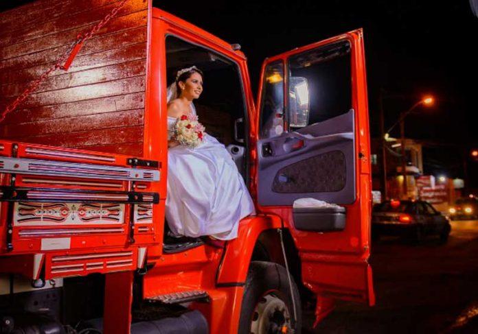 Luana chegando de caminhão na igreja - Foto: Leandro Lima     