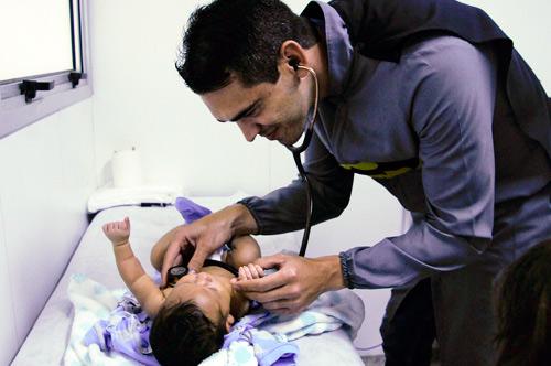 Dr. Ricardo atendendo - Foto: Geovana Albuquerque/Saúde-DF