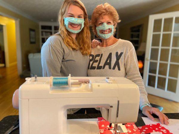 Ashley e a mãe com as máscaras - Foto: reprodução / Facebook