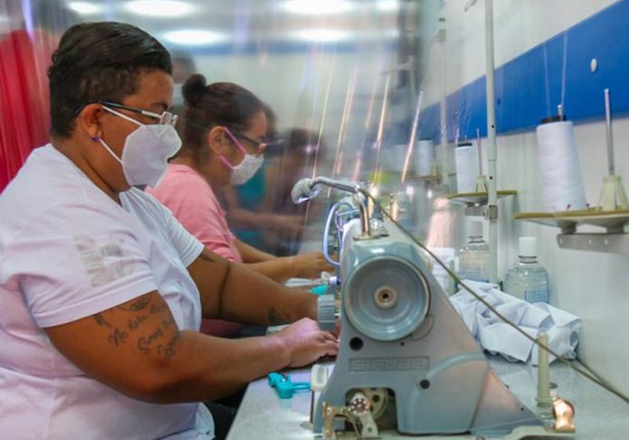 Costureiras fazendo máscaras - Foto: Douglas Cavalcante/ Unas Heliópolis