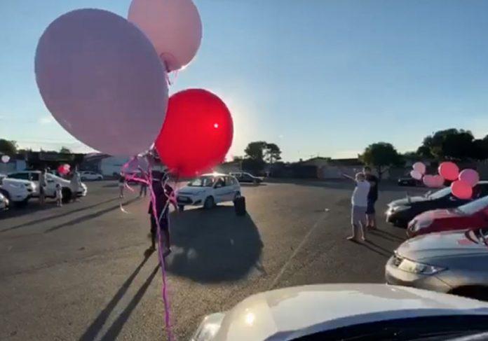 Festa no carro para dona Divina - Foto: reprodução