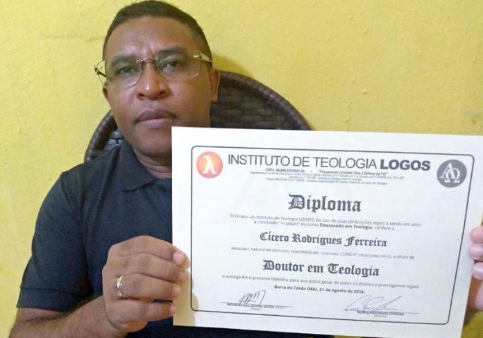 Cícero com o diploma - Foto: arquivo pessoal