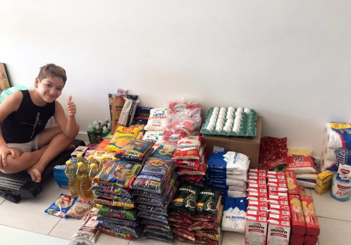 Enzo com alimentos arrecadados - Foto: arquivo pessoal