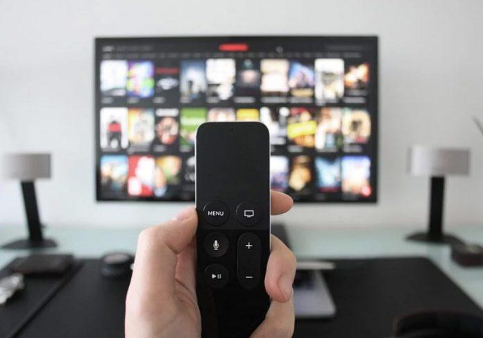Assistindo TV - Foto: Pixabay
